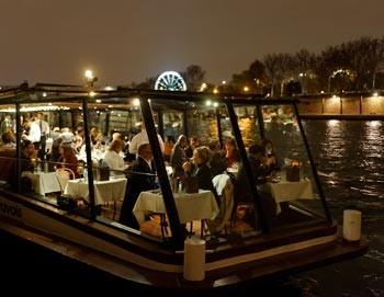 夕方の早い時間から出発 マリナ・ド・パリ セーヌ河ディナー・クルーズ