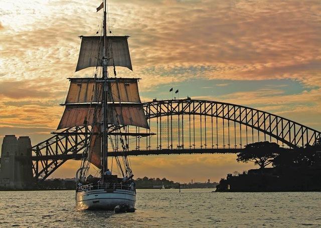 帆船で楽しむ!シドニーハーバートワイライトディナークルーズ
