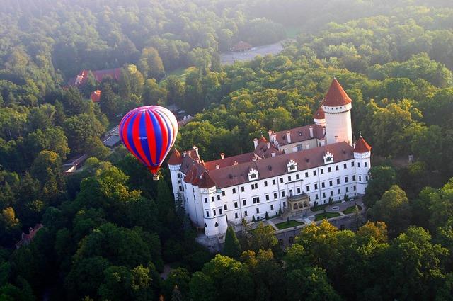 チェコの広大な自然とお城を上空から楽しむ熱気球