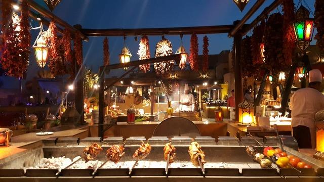 砂漠のホテル「バブアルシャムズ」 アル ハディーラ にてアラブ料理ビュッフェディナー