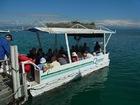 船から島へは小舟で移動