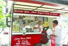 人気アイス店の名物おじさん。日本語ギャグが聞けるかも