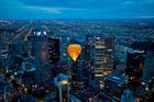 大都会を塗って熱気球が進んでいく