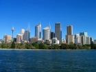 自然と調和するシドニーのビル群
