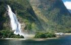 豪快に流れ落ちる滝