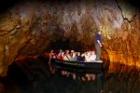 ボートに乗って洞窟散策