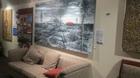 エアーズロック関係の写真やアートが飾られた壁