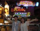 香港の看板と記念撮影