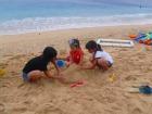 ビーチでの砂遊びは特に子供たちに大人気!