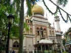 静かに佇むサルタンモスクの外観