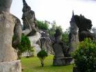奇妙な仏像が林立するブッダパーク