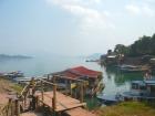 ナムグム川のダムにはレストランもある