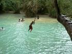 絶景クアンシーの滝で地元の子供と一緒に水遊び