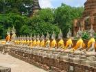 ワットヤイチャイモンコン境内で見られる仏像