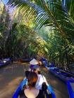 ベトナム人の漕ぎ手が狭い川を器用に進みます