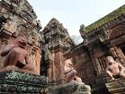 寺院全体がピンク砂岩で造られた遺跡バンテアイスレイ