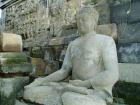 石のひとつひとつに繊細な彫刻が施されている