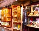様々な宝飾品が並ぶソーク