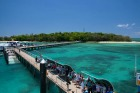 桟橋から見える透き通る美しい海
