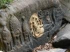 シェムリアップ川の川辺に刻まれたヒンドゥー教彫刻