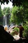 滝を目指してカンボジアの森の中を散策