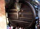 城内にあるワインの大樽。なんと22万リットルの容量!