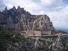 モンセラ山の岩の割れ目にへばりつくように立つ11世紀の修道院