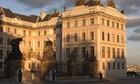 夕日に照らされ黄金色に輝くプラハ城