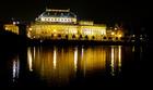 水面に映る光も美しいプラハの国民劇場(ナショナルシアター)