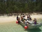 島へは小舟で渡ります