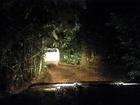 暗闇の中をどんどん進む4WDハマー
