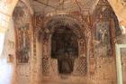 両岸の絶壁を彫ってフレスコ画で飾った教会