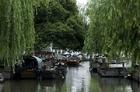 レトロでノスタルジックな中国の水辺にある古い町