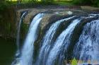 豊かに水をたたえた滝