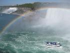 大きな滝に虹がかかる絶景!