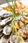 肉厚の牡蠣やプリプリのエビを好きなだけ食べられる!