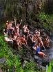 滝の中で水遊び