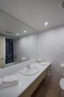白で統一された清潔なバスルーム
