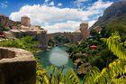 緑とのコントラストが美しい石造アーチ橋、スタリ・モスト