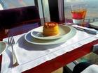 高さ約440mのレストランで優雅な午後のティータイム