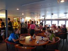 ダイバーたちが船内レストランで朝食を楽しむ様子