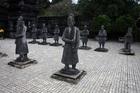 王カイディン帝の墓所前には兵士の像が安置されている