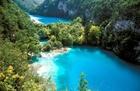 大小16の湖と92の滝が幻想的な景観を作り出しています