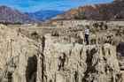 岩が隆起した月の谷代表の景色。