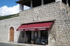 グルージュ港前にある石造りのレストラン