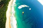 美しミッションビーチにめがけてスカイダイビング