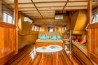 木のぬくもりを感じる客船でハロン湾クルーズ