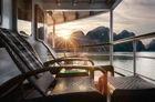 エメロード号のデッキから夕日を眺める