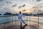 ハロン湾の朝日を見ながら船上で太極拳はいかが?
