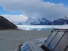ボートでペリトモレノ氷河に接近!真っ青な氷河の絶景をお楽しみください。